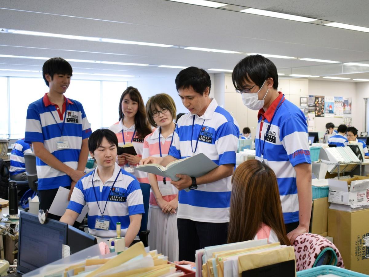 オリジナルラガーシャツで業務に当たる東大阪市職員