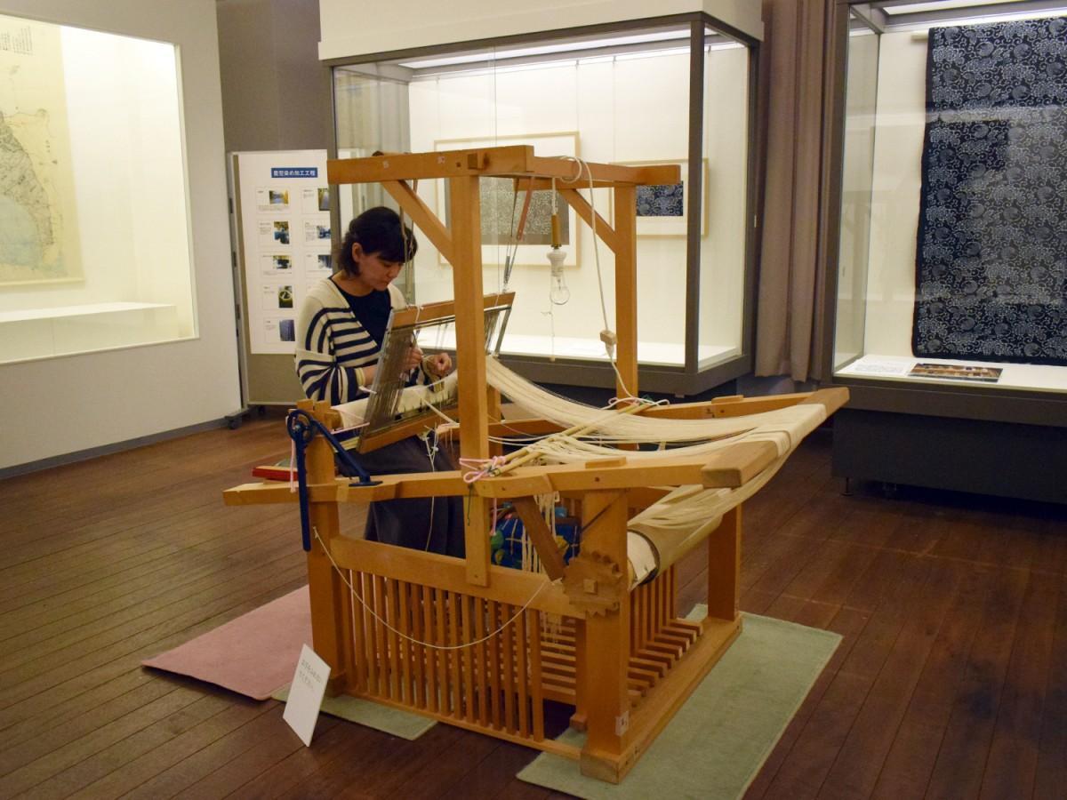 機織りを実演する河内木綿コットンクラブ代表の高橋聖子さん