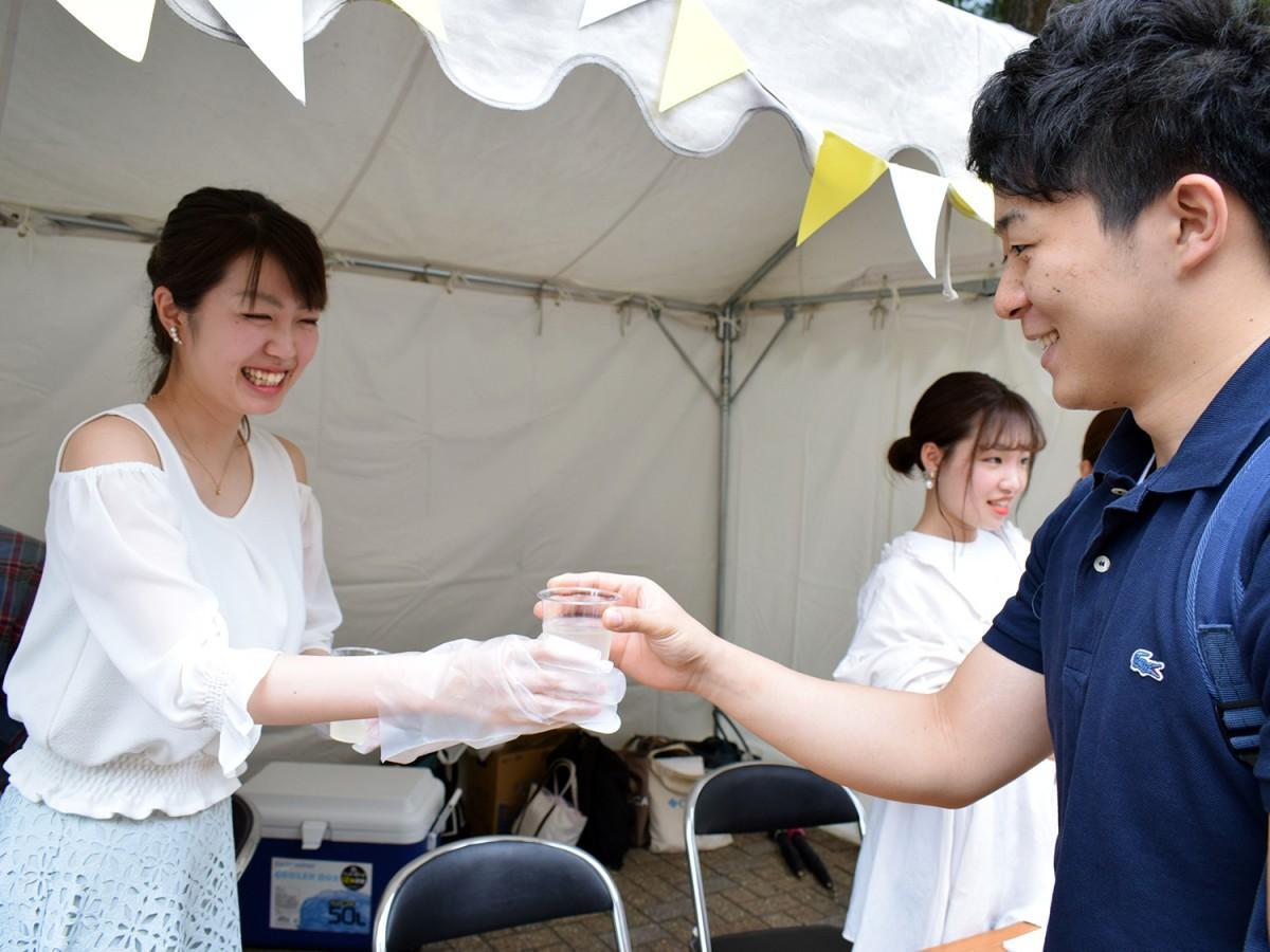 学生がキャンパス内でレモネードを販売