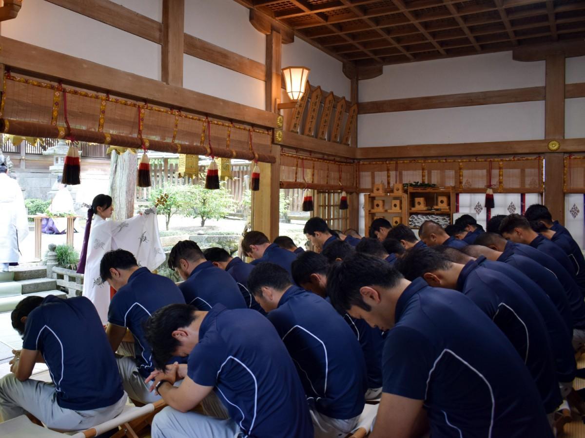 必勝祈願のため枚岡神社を訪れた近鉄ライナーズの選手とスタッフ