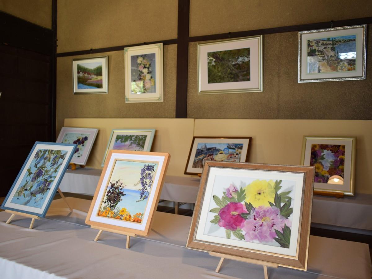 さまざまな押し花作品を展示