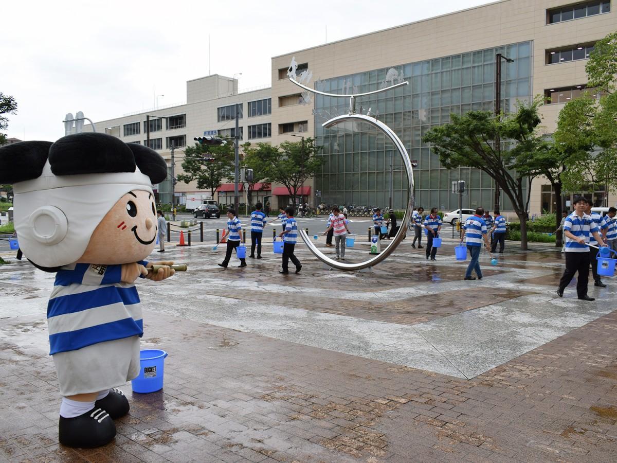 東大阪市役所で行われた打ち水活動の様子