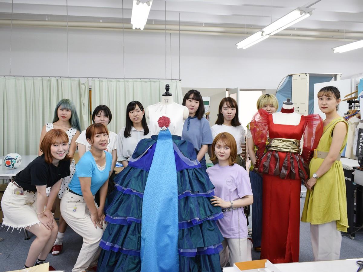 ドレスを手掛ける大阪樟蔭女子大学化粧ファッション学科ファッション学専攻の学生