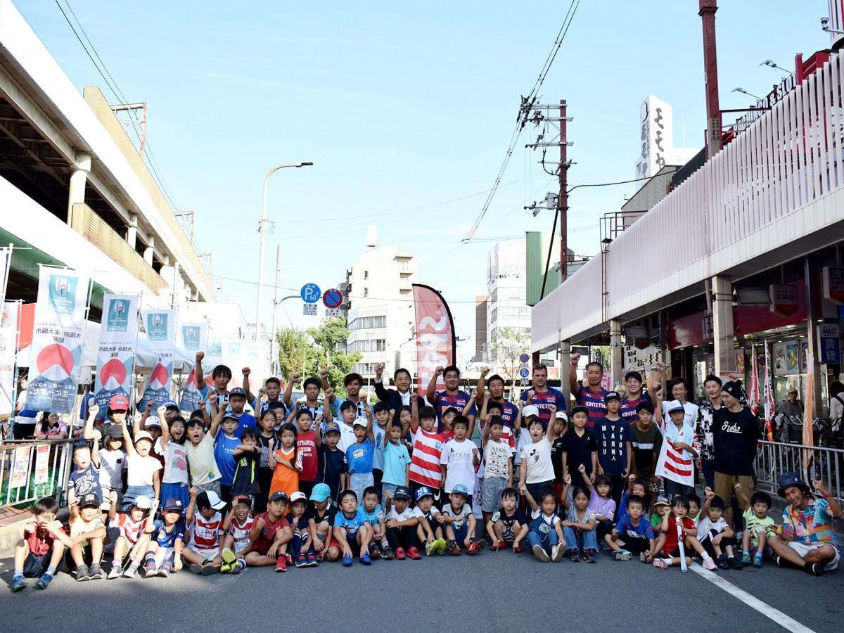 FC大阪、近鉄ライナーズの選手と記念撮影