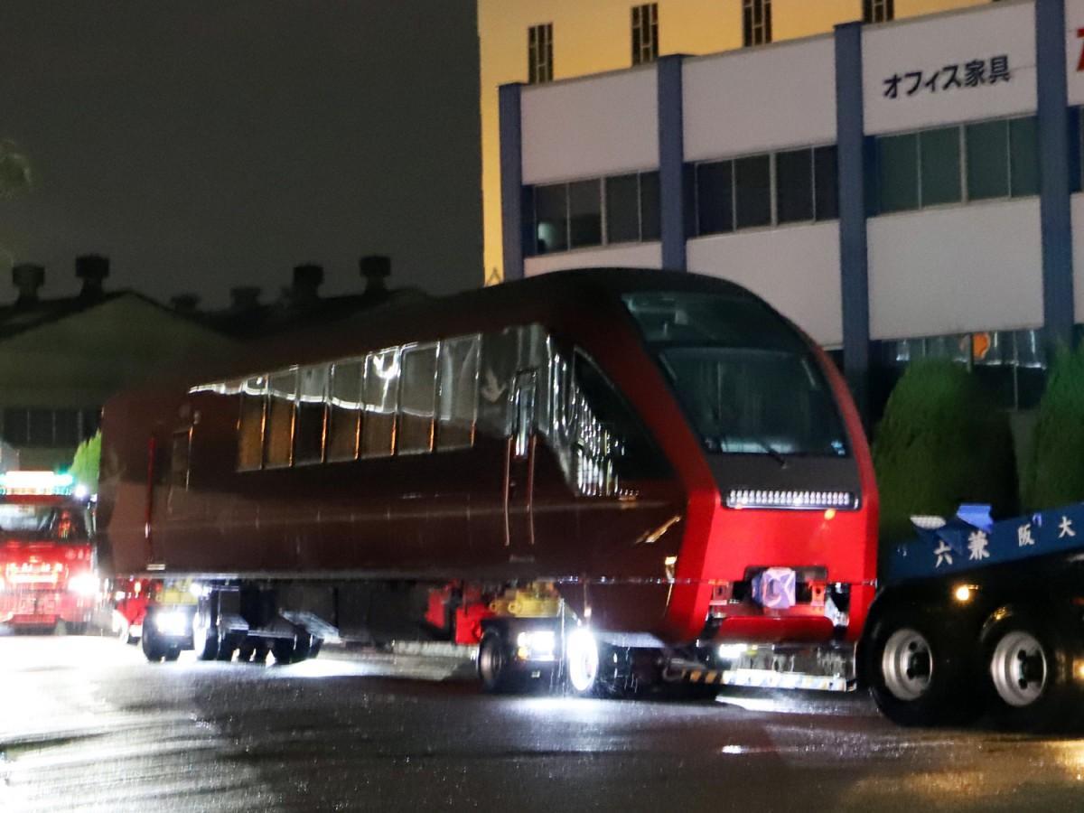 近畿車輛の工場から搬送する「ひのとり」先頭車両