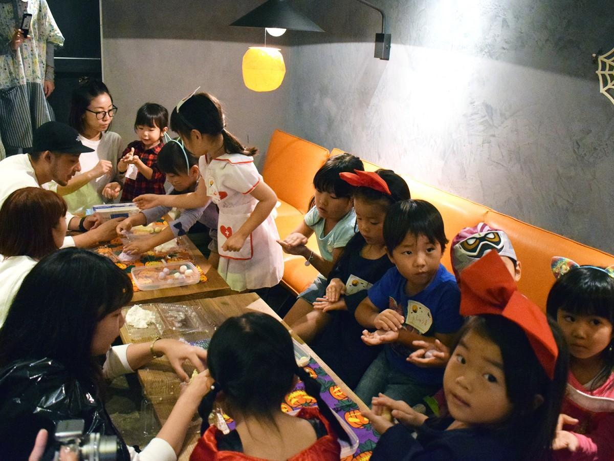 三色団子作りを楽しむ子どもたち
