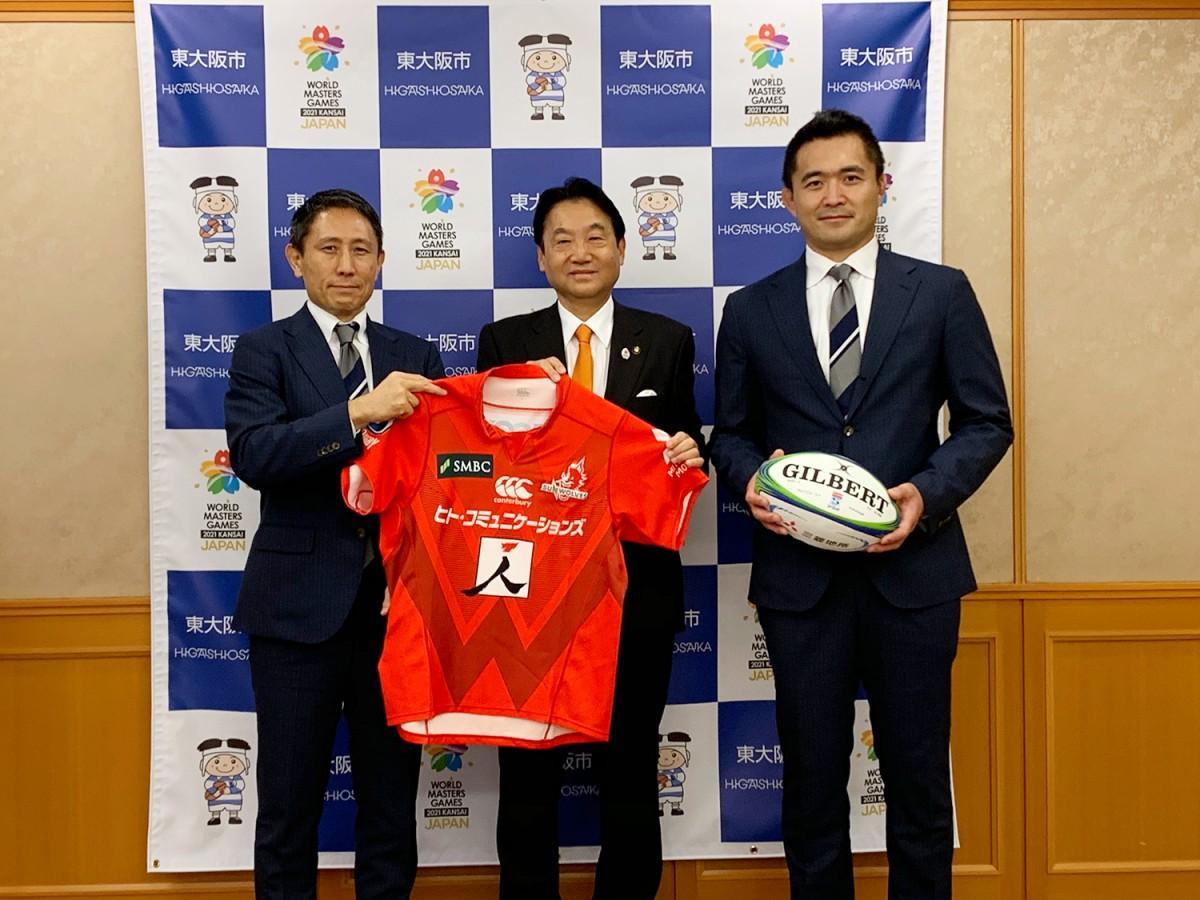 写真左から、ジャパンエスアール渡瀬裕司CEO、野田義和東大阪市長、サンウルブズ・大久保直弥HC