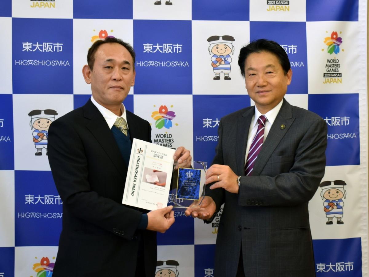認定式に出席した秀英の上田孝司専務(写真左)と野田義和東大阪市長