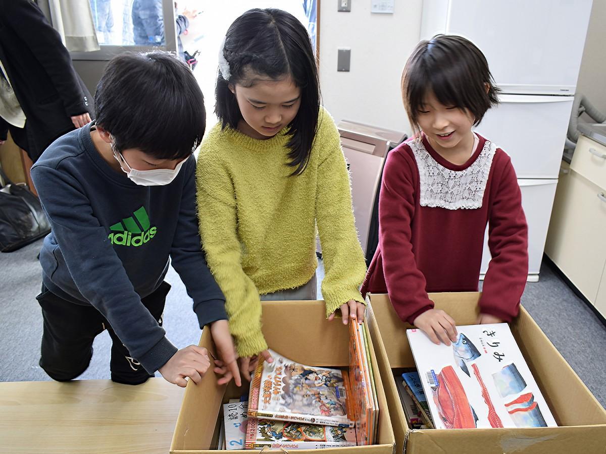 本を選ぶ児童たち