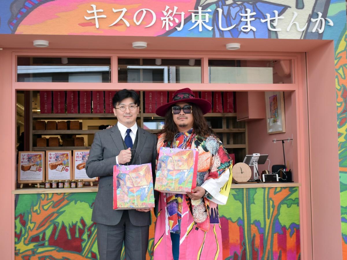 ベーカリープロデューサーの岸本拓也さん(写真右)と運営するエイチイーの川崎裕樹社長(同左)