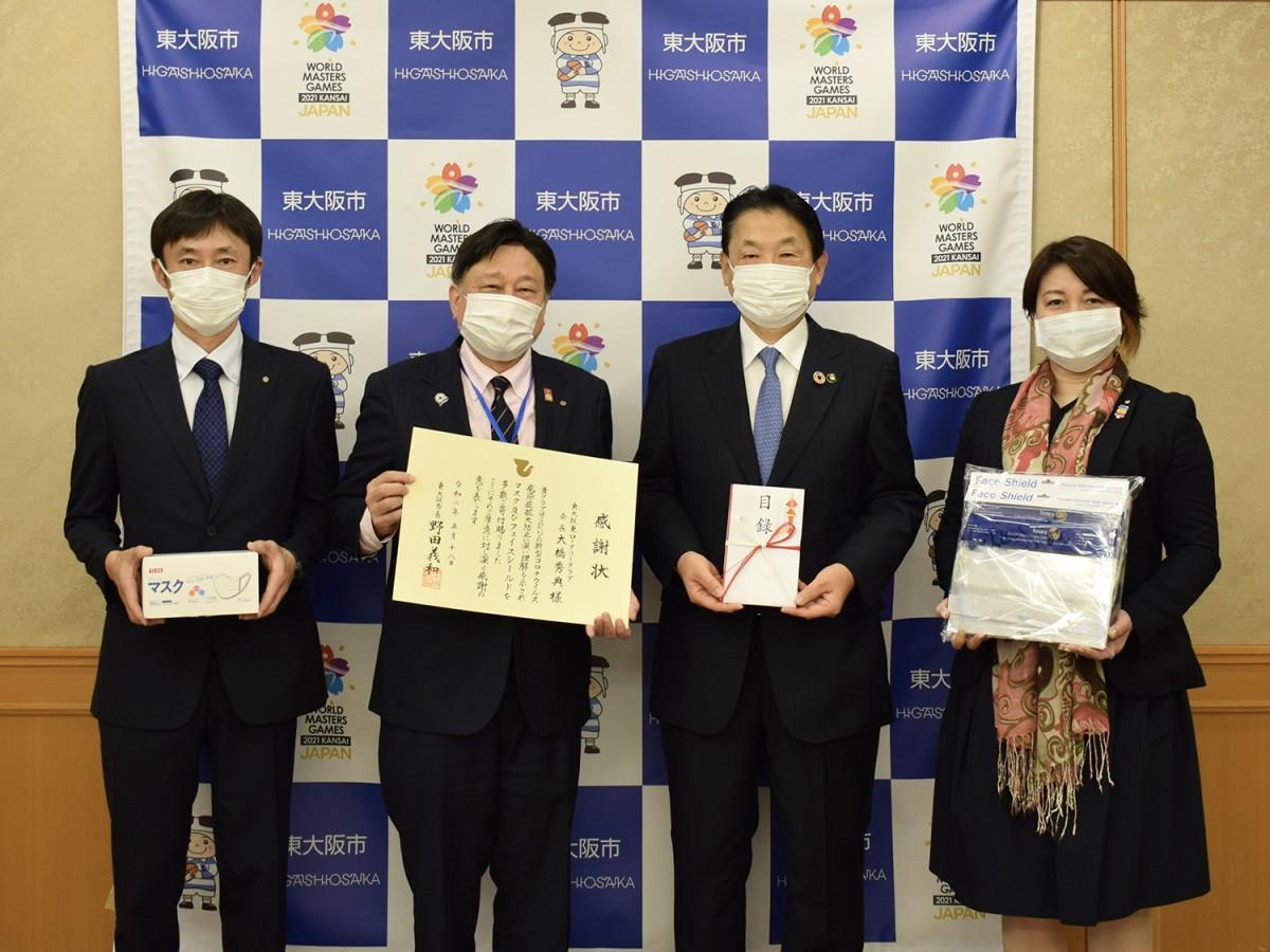 写真左から、東大阪東ロータリークラブ幹事の戸田尊文さん、大橋会長、野田市長、社会奉仕委員長の田原さおりさん