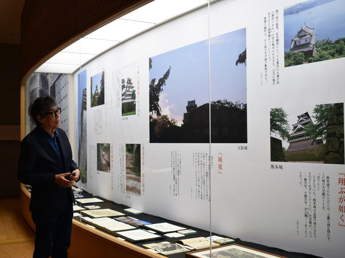 展示スペースの前で解説する上村洋行館長