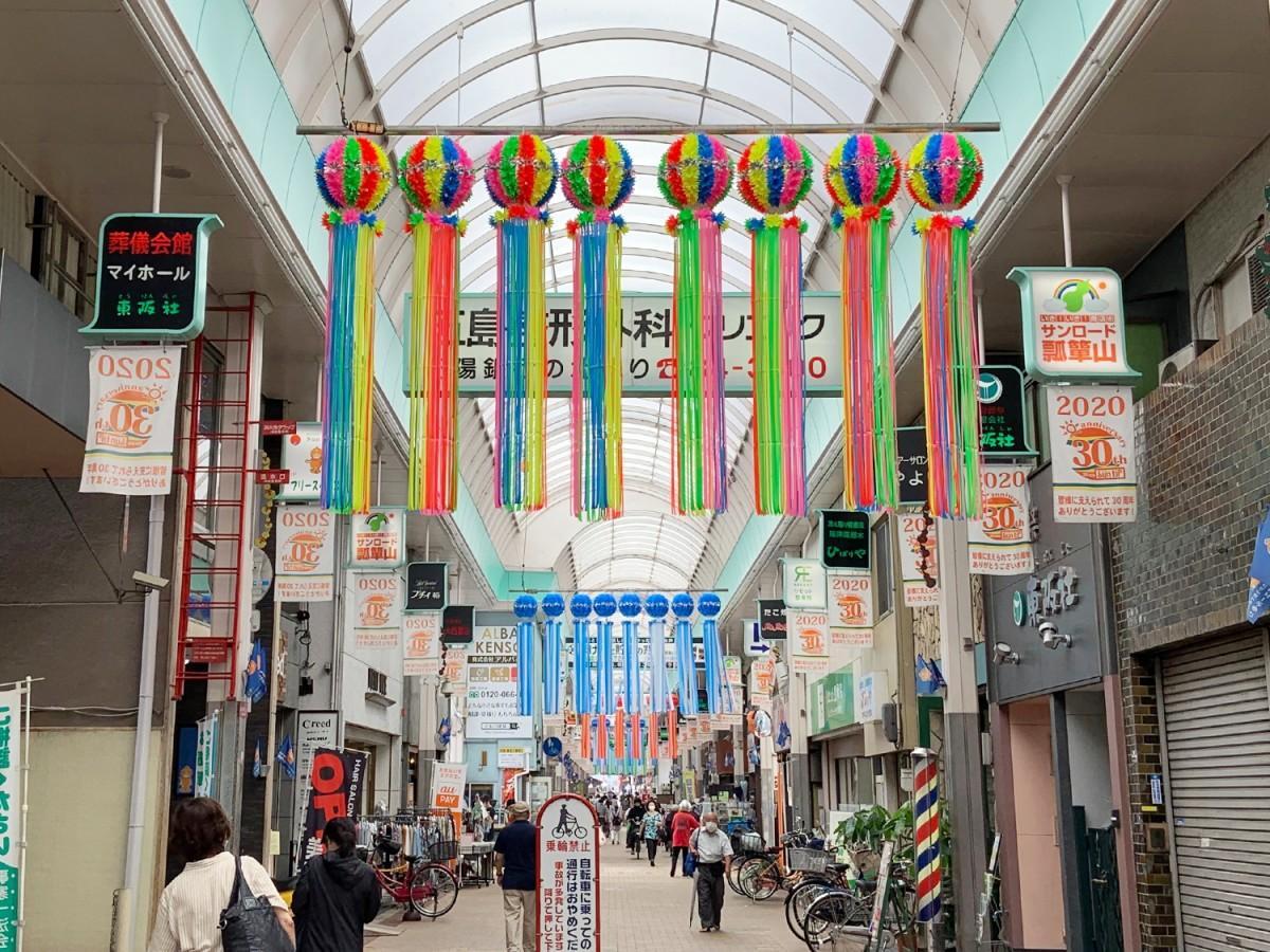 瓢箪山駅北側の商店街「サンロード瓢箪山」の七夕飾り