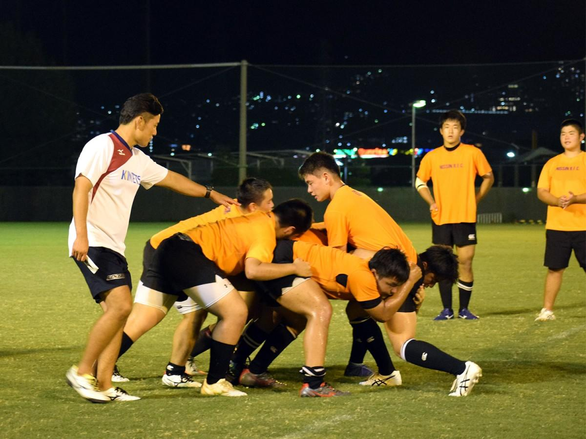 太田コーチから指導を受ける日新高校ラグビー部