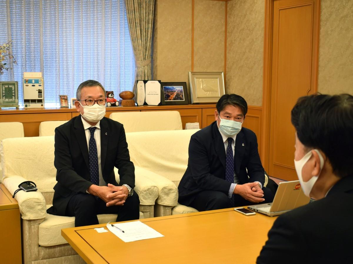 野田市長(写真手前)と話をする村井チェアマン(写真左)