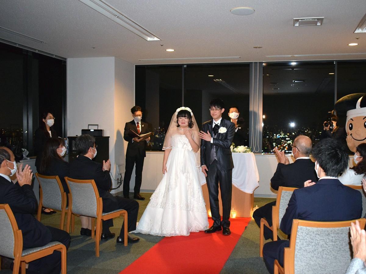 結婚指輪の交換の後、親族らに指輪を披露