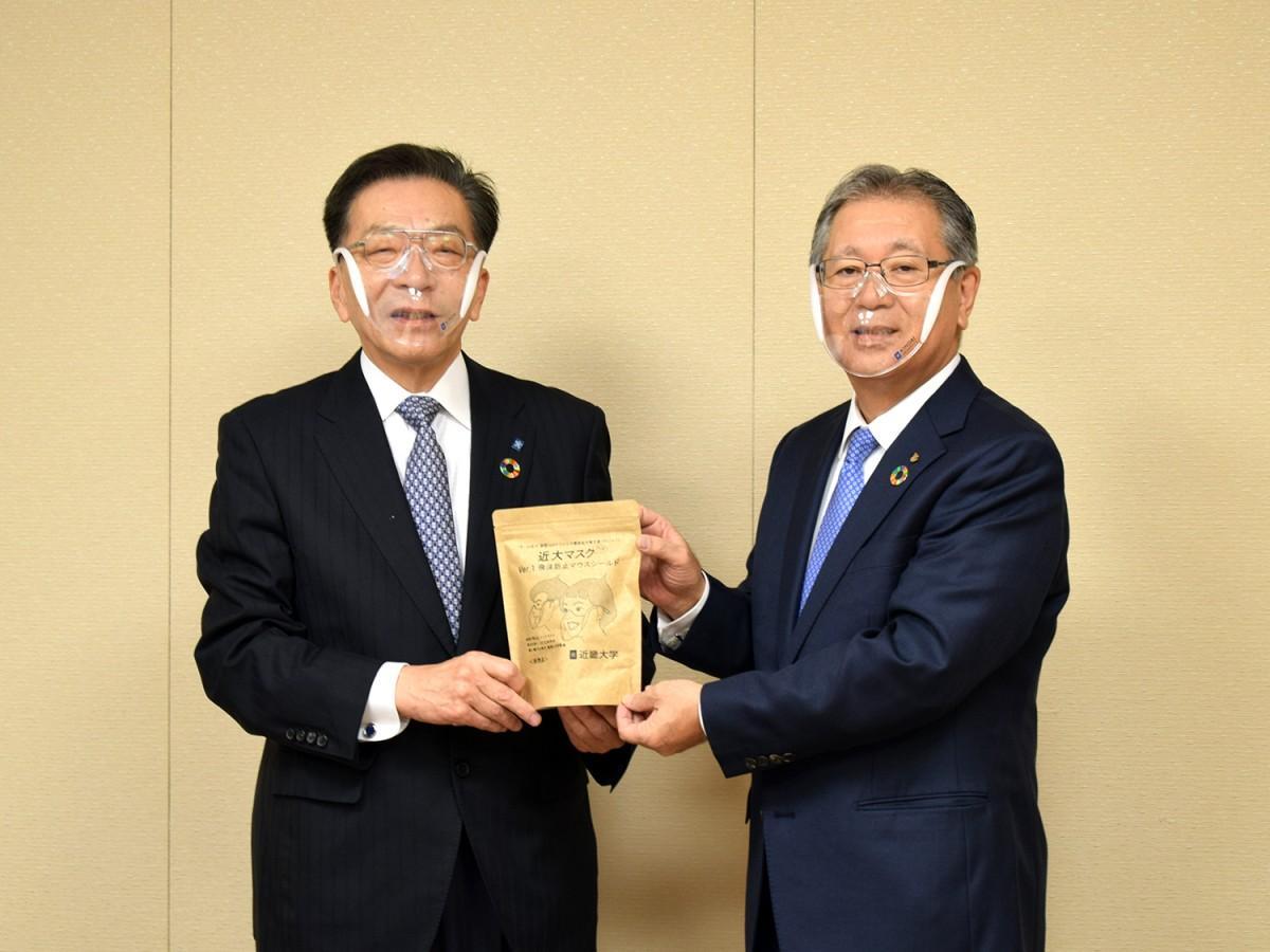 近畿大学社会連携推進センターセンター長の伊藤哲夫さん(写真左)と立花静副市長