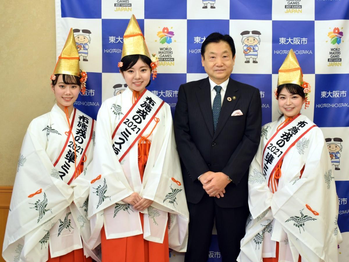 写真左から、準ミス福娘の谷村杏乃さん、ミス福娘の河村有紗さん、野田市長、準ミス福娘の青木理恵さん