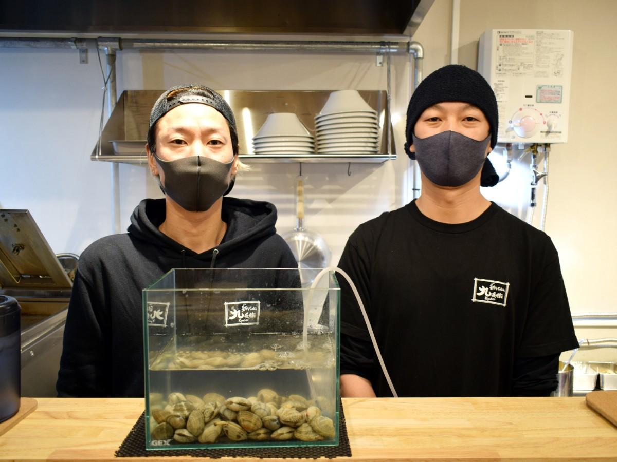 「彩りsoba九兵衛」店主の川口裕功さん(左)と「中華そば九兵衛」オーナーの小野寺幹さん(右)