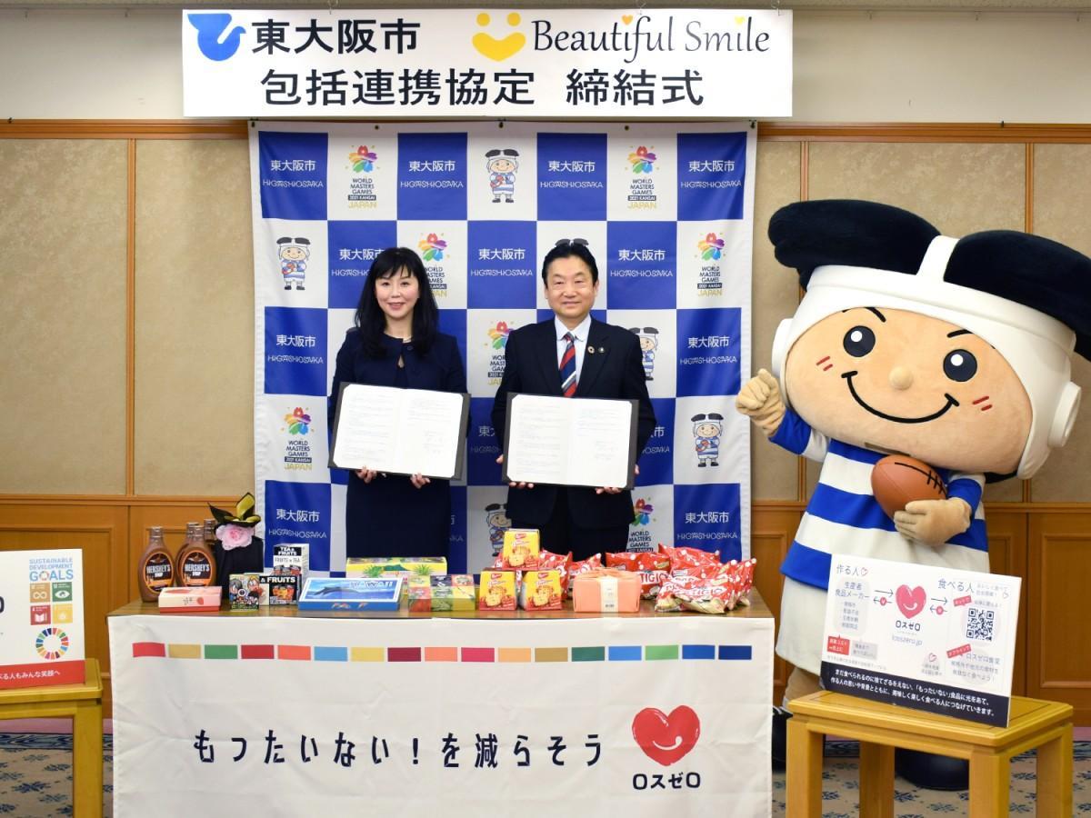 (左から)ビューティフルスマイルの文美月社長と野田義和東大阪市長