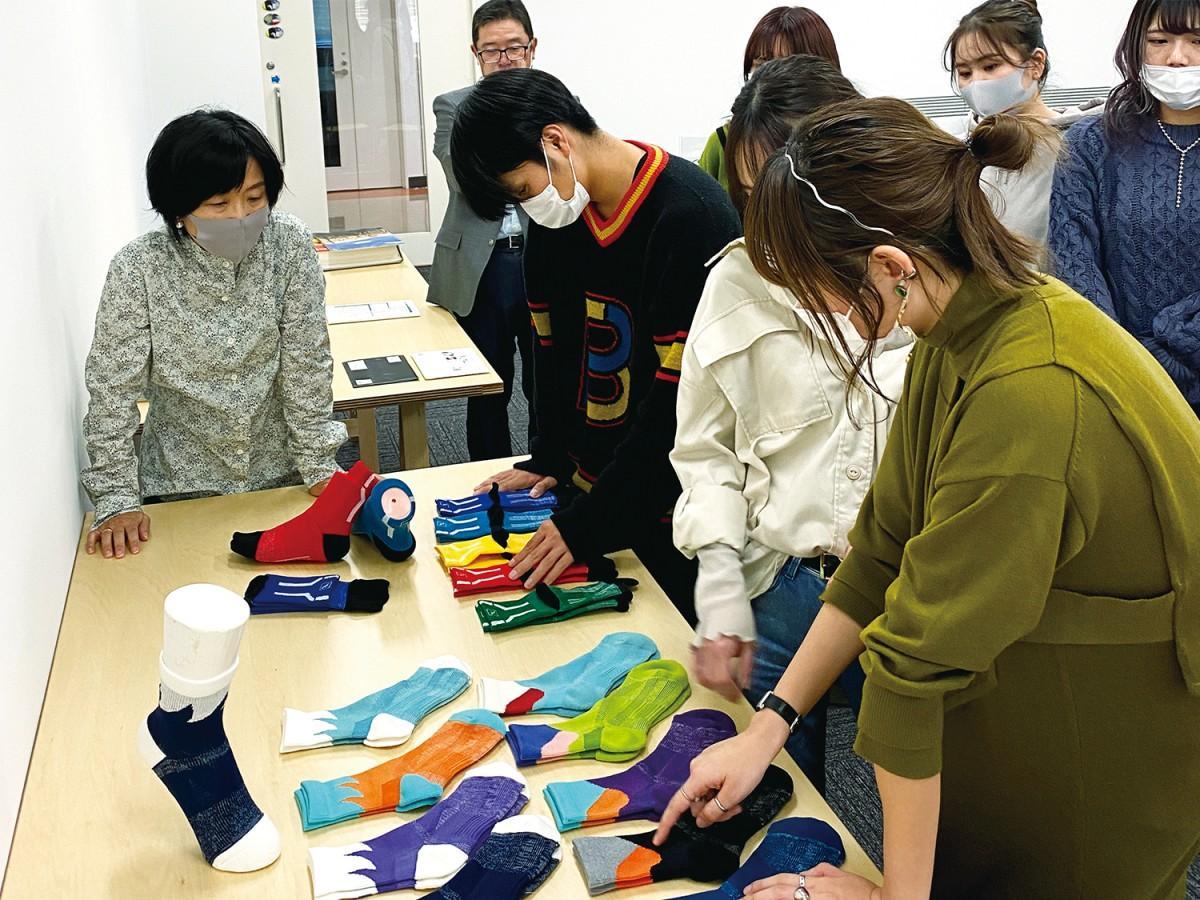 靴下のサンプルを確認する学生(画像提供=近畿大学)