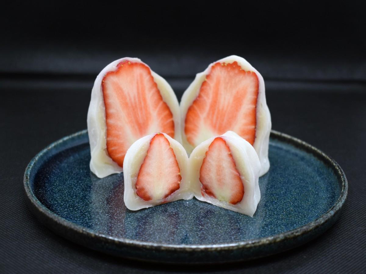 写真手前が「いちご大福」、奥が「きっと日本一大きないちご大福」