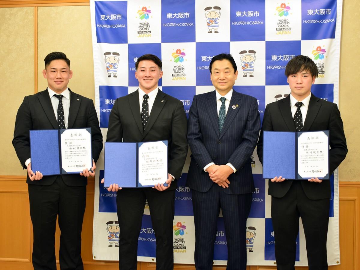(左から)山村選手、服部選手、野田市長、市川選手