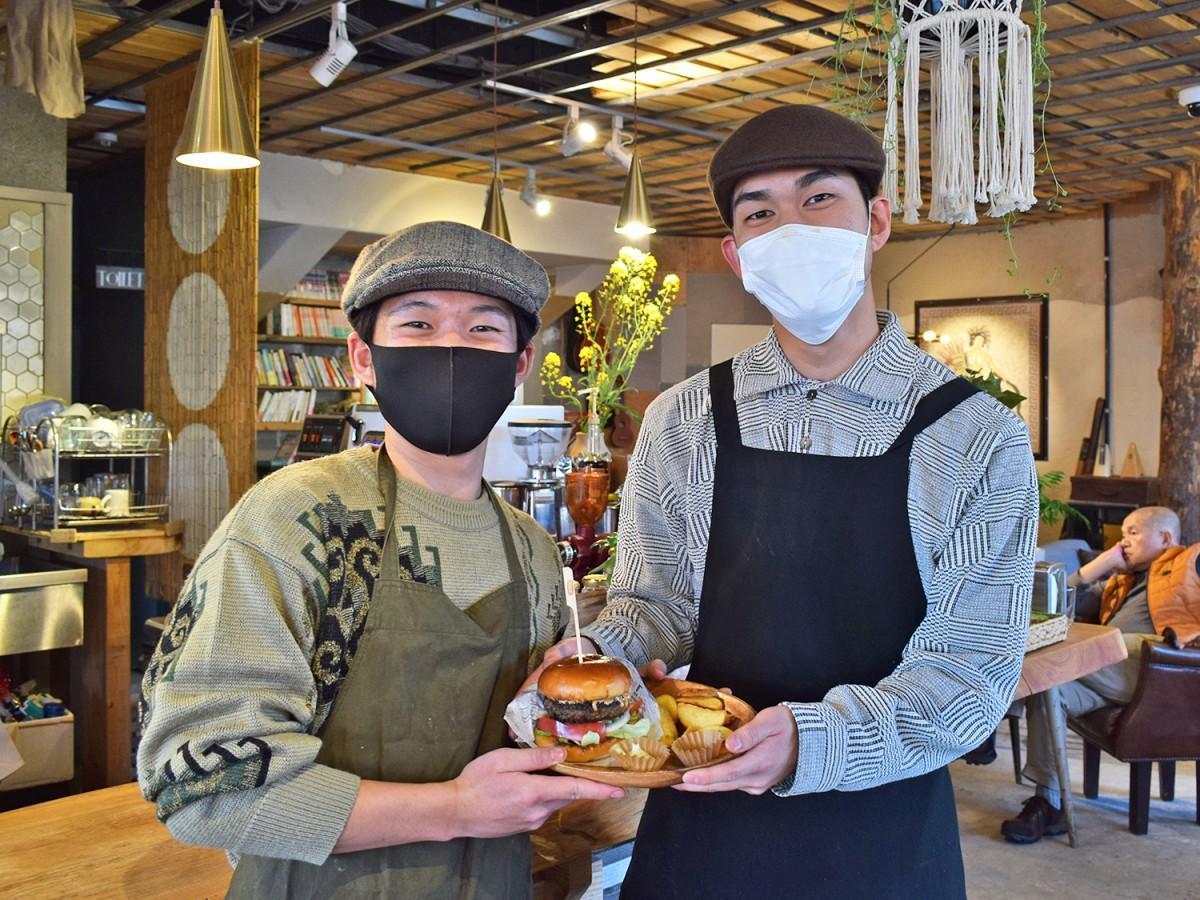 「珈琲とハンバーガーのお店。アメ」を運営する有田亘さん(左)と羽野雄大さん(右)