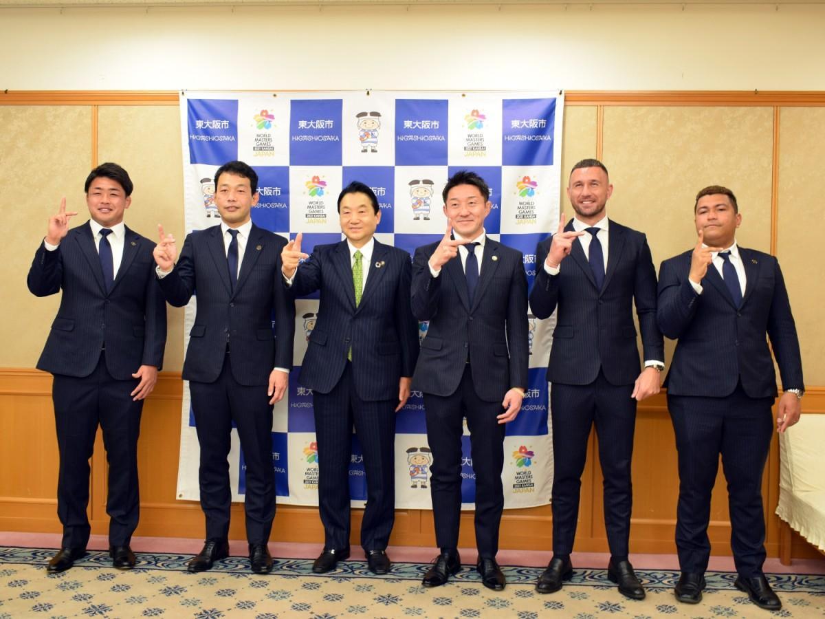 (左から)野中翔平選手、有水剛志HC、野田義和市長、飯泉景弘GM、クウェイド・クーパー選手、通訳の樋口日向さん