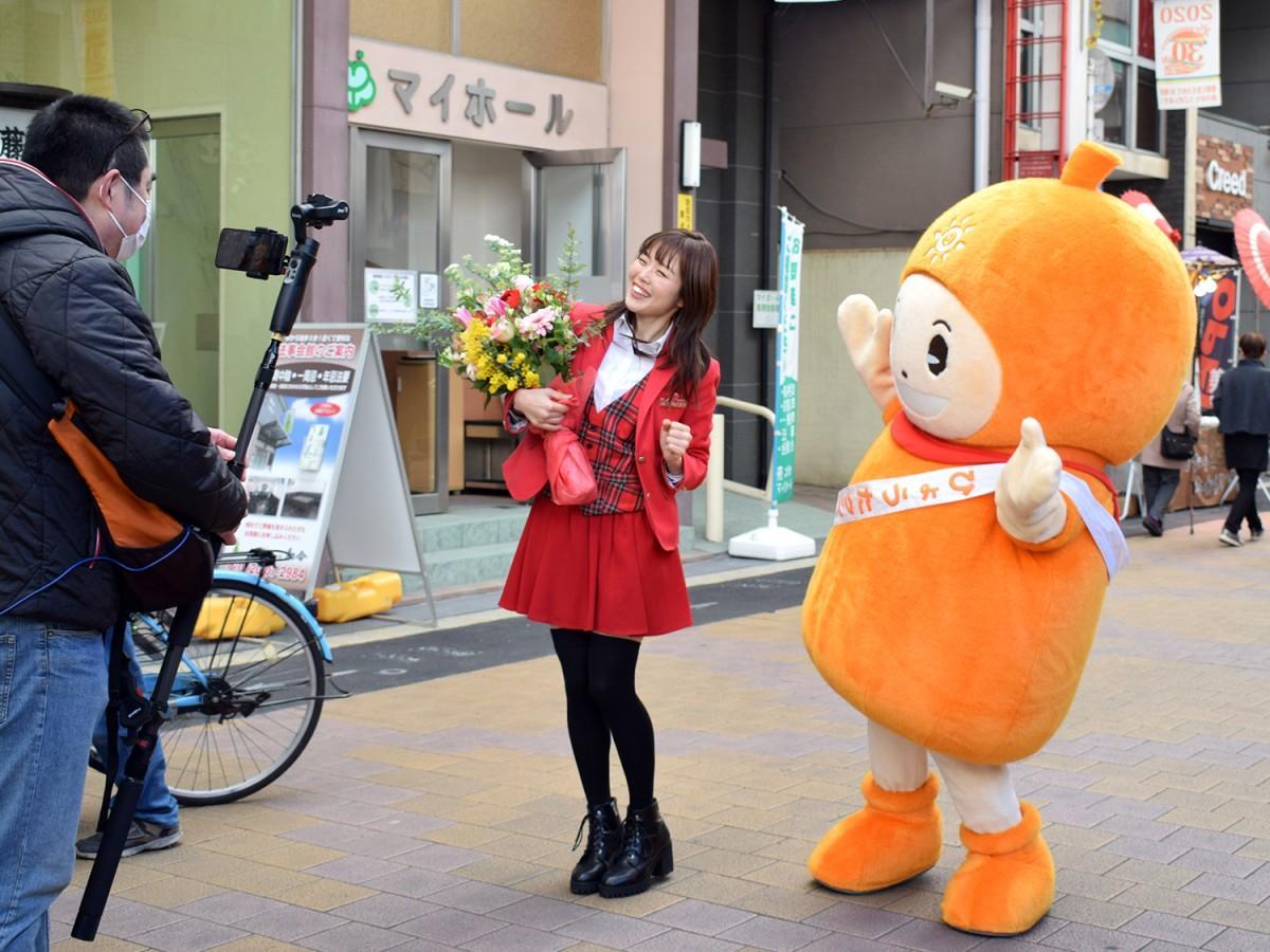 プロモーションビデオに出演する西村加奈さんとサンロード瓢箪山のマスコットキャラクター「ひょうたクン」