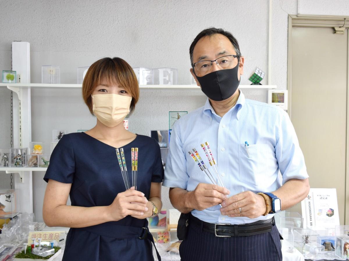 「fiorium箸」を企画した共田真紀さんと製作したミノル化学工業の押川新一社長