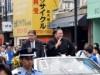 大相撲夏場所優勝の朝乃山関、母校・近大前で凱旋パレード 近大マグロに笑顔