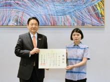 國久真有さん、東大阪市立永和図書館に絵画寄贈 「絵に興味持つきっかけに」