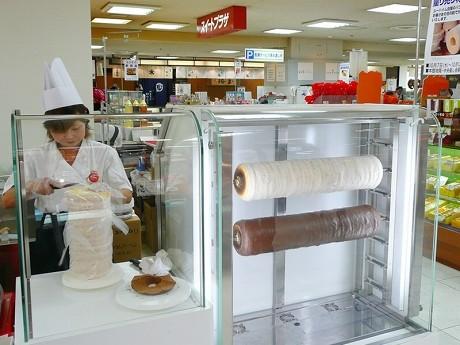 ユーハイムがバウムクーヘンの量り売りを行う山陽百貨店地下1階中央催し会場。