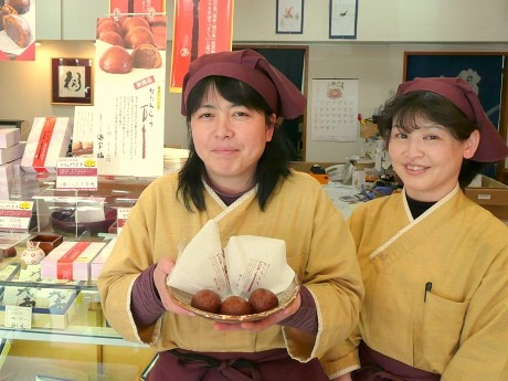 姫路の和菓子店「宝橘(ほうきつ)」の1番人気「かりんとう万十(まんじゅう)」(宝橘本店にて)