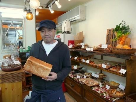 田舎風の親しみやすいパン屋を目指す「ベーカリーランプ」。(写真=オーナーの川原龍雄さん)