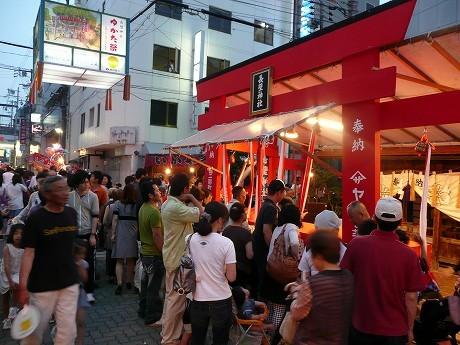 多くの参拝者でにぎわう長壁神社。