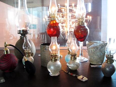 吹きガラスを軸にした岡本さんの作品展「幻想華」
