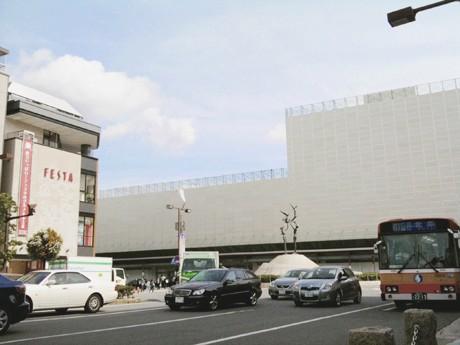 解体が進む旧姫路駅ビル。画面左端には同ビルから移転の「フェスタ」が見える。