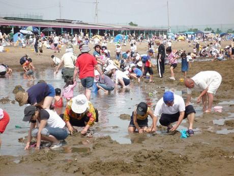 潮干狩り客でにぎわう2011年の様子