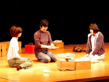 舞台稽古の様子。「リバウンド」は鄭義信さん脚本の3人芝居