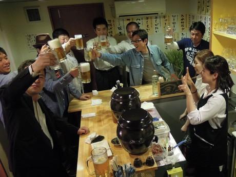 「ちょい呑みBar いこいこ」のオープンを祝い乾杯する来店客らの様子