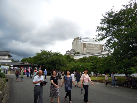 盆休みの観光客らでにぎわう姫路城三の丸広場。写真右奥に姫路城大天守修理見学施設「天空の白鷺(しらさぎ)」が、左奥に「菱(ひし)の門」が見える。