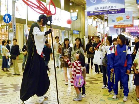 みゆき通り商店街(姫路市)で大道芸を披露するパフォーマー。姫路大道芸ワールドフェスティバルで。2011年撮影