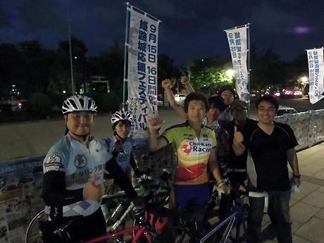 姫路城応援フェスティバルの会場「大手前公園」で歓迎を受ける佐野康治さん(写真中央)。9月14日