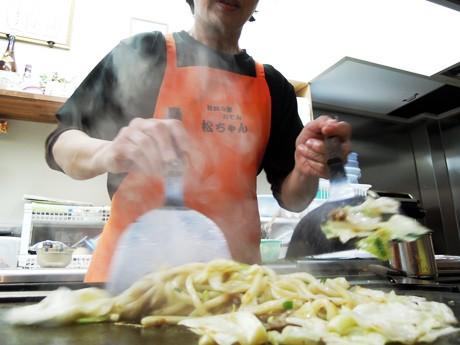 「ショウガじょうゆ」風味のおでんだしをつけだれにして味わう焼きうどん「姫路焼うどん」を調理するお好み焼き店「松ちゃん」(姫路市北原)の松本暁美さん