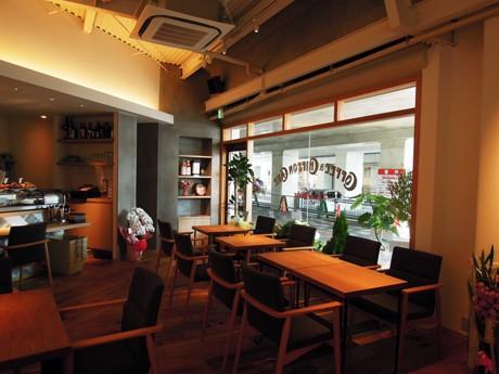 姫路駅前の山電高架下にオープンしたカフェ「KING OF ROOKIE(キング・オブ・ルーキー)」(西駅前町)の店内