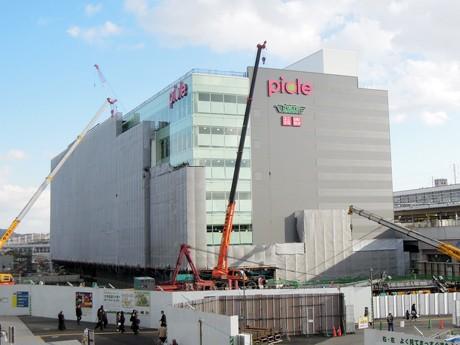 建設中の新姫路駅ビル「ピオレ」(姫路市駅前町)