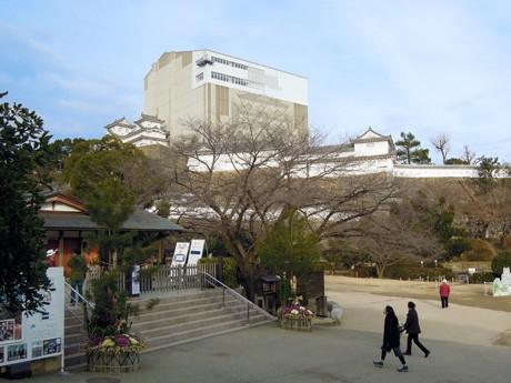 大門松を飾り2013年の新春を迎えた平成の大修理中の姫路城。大天守修理見学施設「天空の白鷺」の内部では大天守の修理が進み、2012年11月には屋根瓦のふき替えを終えた。現在は、壁面で白漆喰(しっくい)の塗り替えが進む。同施設の公開は2014年1月まで。公開終了後は約1年かけて同施設を解体し、2015年3月から大天守内部の一般公開を再開する予定