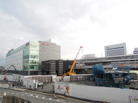 姫路駅前に建設中の「姫路城眺望デッキ」と「歩行者デッキ」。写真左手に新駅ビル「ピオレ」。2月6日